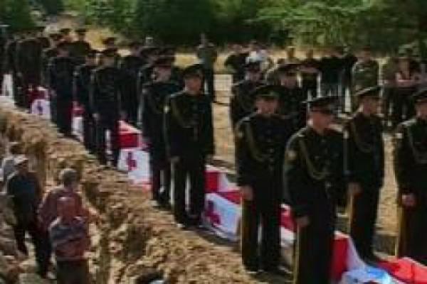 ქართულ სკოლაში აგვისტოს ომში დაღუპული ბიჭების სტენდი ჩამოხსნეს