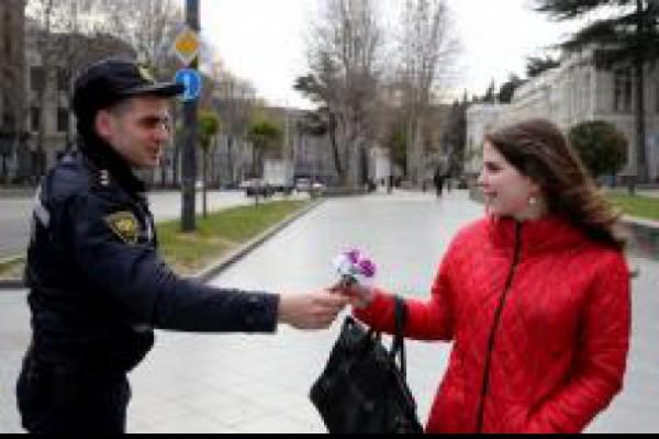 საპატრულო პოლიციის თანამშრომლებმა ქალბატონებს 8 მარტი მიულოცეს