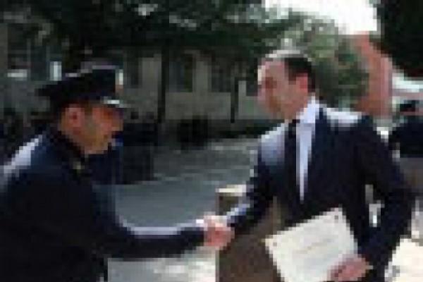შინაგან საქმეთა მინისტრმა ირაკლი ღარიბაშვილმა საპატრულო პოლიციის თანამშრომლებს სერტიფიკატები გადასცა