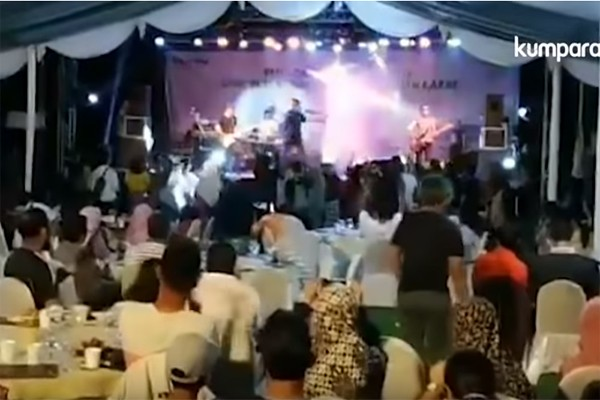 ცუნამი ინდონეზიური პოპ ბენდის კონცერტზე სცენას ანგრევს და მუსიკოსებს კლავს (ვიდეო)