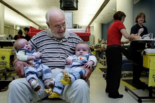 კაცმა, რომელიც 60 წლის განმავლობაში სისხლს აბარებდა, 2 მილიონზე მეტი ბავშვი გადაარჩინა