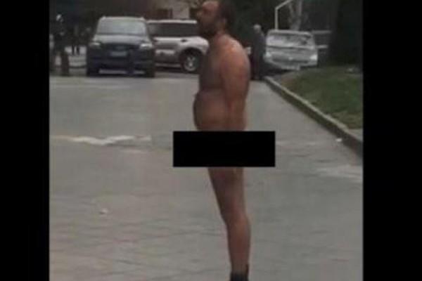 თბილისში პარლამენტის წინ მამაკაცი გაშიშვლდა და 200-ლარიანი ჯარიმაც მიიღო