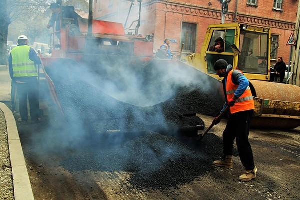 კონსტიტუციის ქუჩაზე ასფალტის საფარის მოწესრიგების სამუშაოები მიმდინარეობს