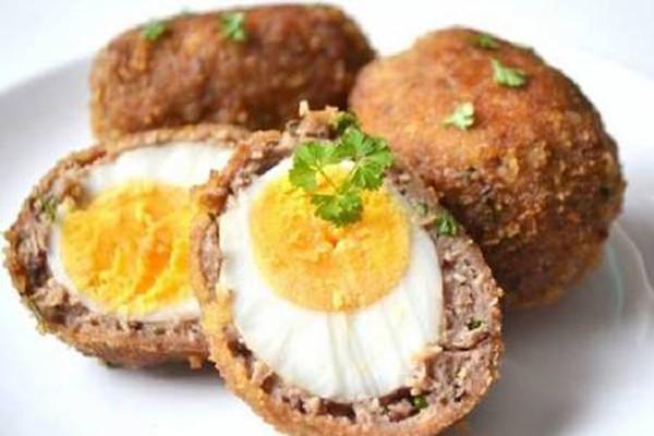 კვერცხი შოტლანდიურად: ლეგენდარული კერძი, რომელიც აუცილებლად უნდა გასინჯოთ