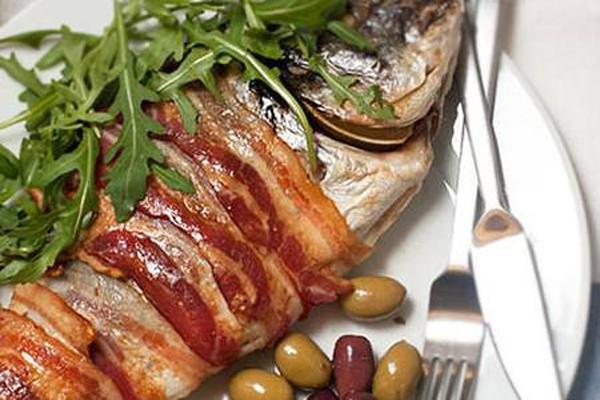 ბეკონში შემწვარი თევზი