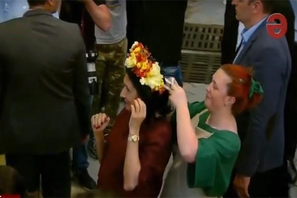 პრეზიდენტს ყვავილების გვირგვინი დაადგეს (ვიდეო)