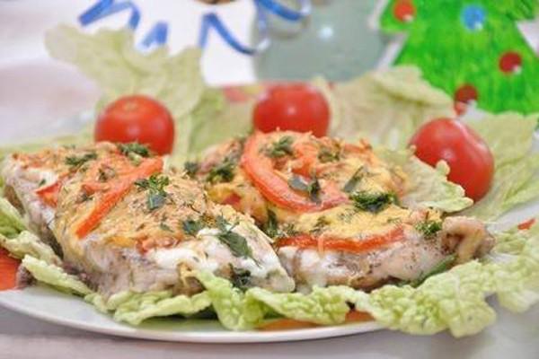 ღუმელში შემწვარი ნაზი თევზი ყველითა და პომიდვრით