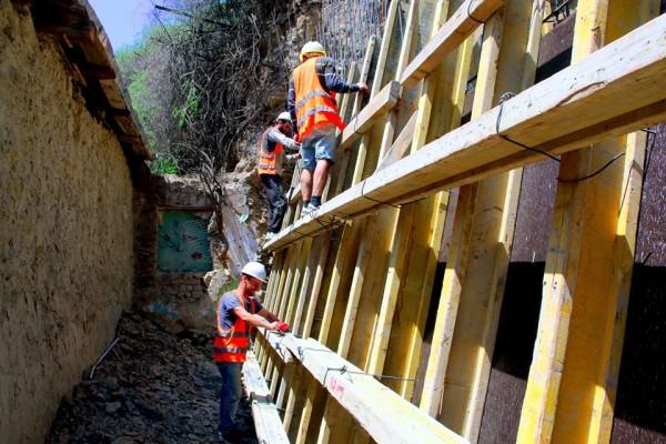 ჩუღურეთის რაიონში, ლარეხის N12-ში კედლის მოწყობის სამუშაოები მიმდინარეობს