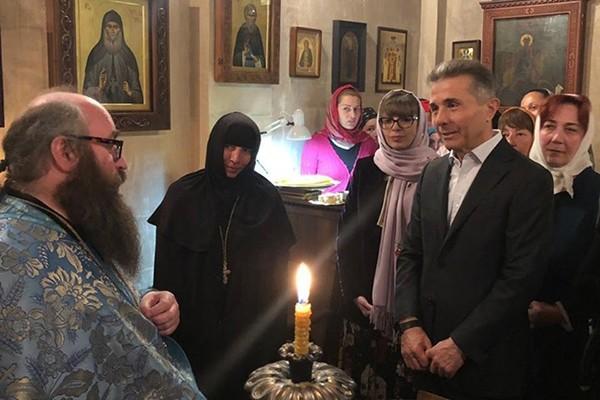 ბიძინა ივანიშვილი, მეუღლესთან ერთად წმინდა პანტელეიმონის სახელობის ტაძარში ლოცვას დაესწრო