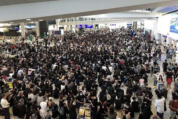 ჰონგ-კონგის აეროპორტში მასობრივი საპროტესტო აქციაა