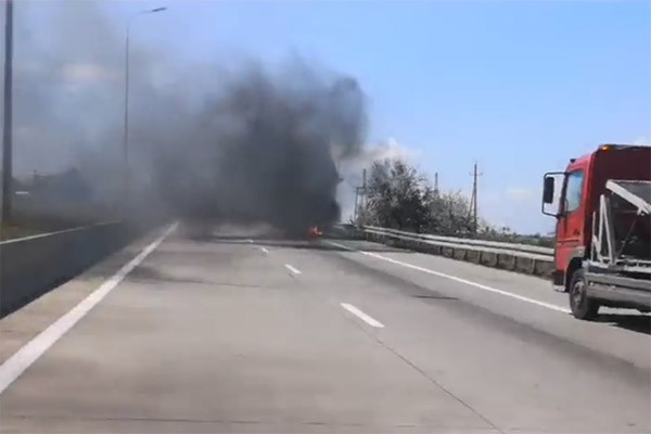 ავტობანზე ავტომობილს ცეცხლი გაუჩნდა  (ვიდეო)