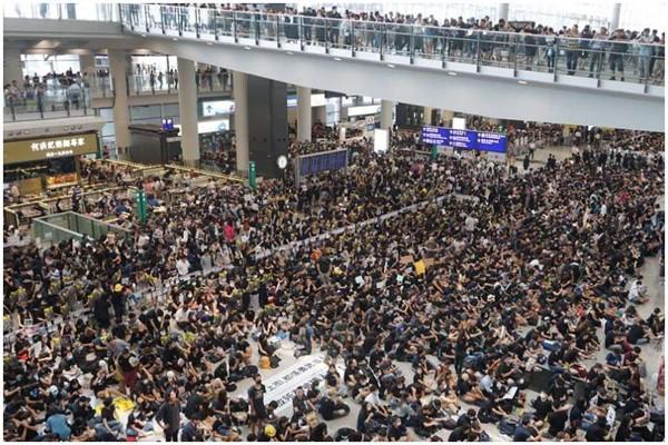 ჰონგ-კონგის საერთაშორისო აეროპორტმა დემონსტრანტების გამო ავიარეისები შეაჩერა