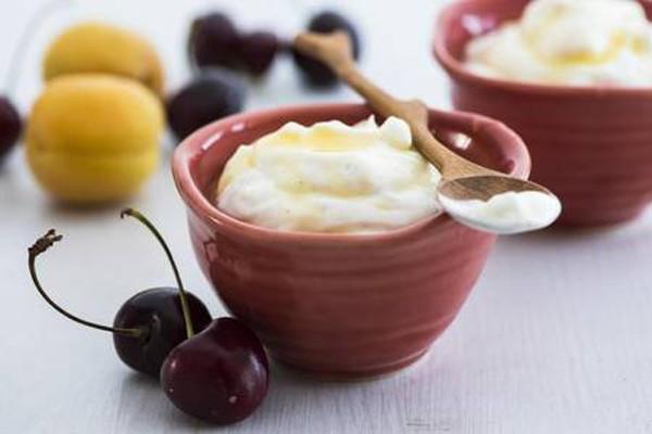 გაწურული მაწვნის დესერტი თაფლითა და ხილით