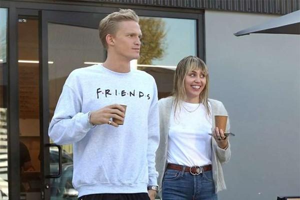 მაილი საირუსი ახალ შეყვარებულთან ერთად გამოჩნდა