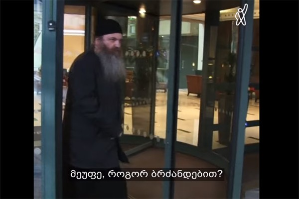 მეუფე იაკობმა ჟურნალისტის კითხვებს ჟესტების ენით უპასუხა (ვიდეო)
