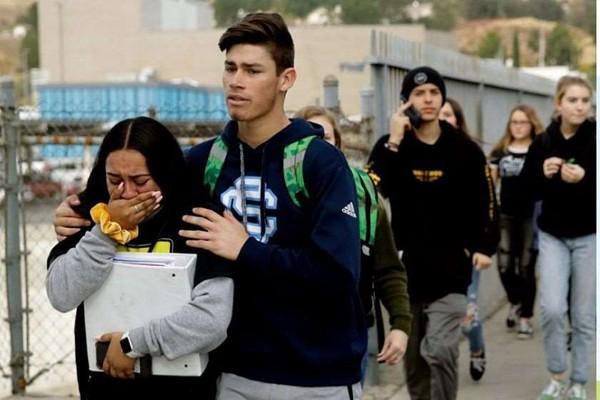 მოზარდი, რომელმაც კალიფორნიის სკოლაში თანატოლები მოკლა, გარდაიცვალა