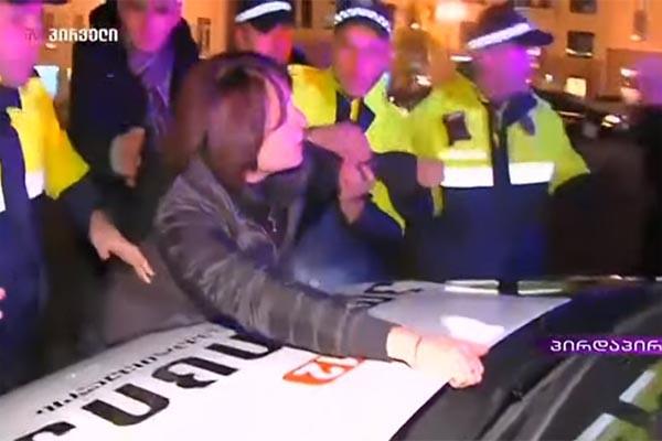 ელენე ხოშტარია პატრულის მანქანაზე აძვრა (ვიდეო)
