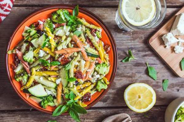 სალათა მაკარონითა და ბოსტნეულით
