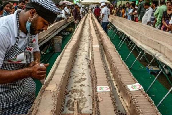 ინდოეთში მსოფლიოში ყველაზე გრძელი ნამცხვარი გამოაცხვეს