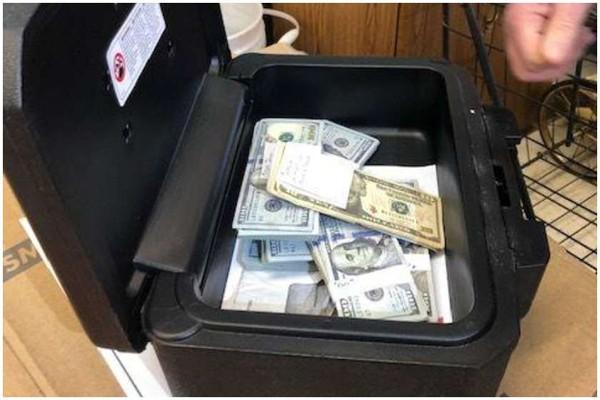ამერიკელმა მეორად დივანში $40 000 იპოვა და პატრონს დაუბრუნა