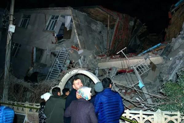 თურქეთში, მიწისძვრის შედეგად 20 ადამიანი დაიღუპა, დაშავებულთა რაოდენობა კი 1015-ს აღწევს