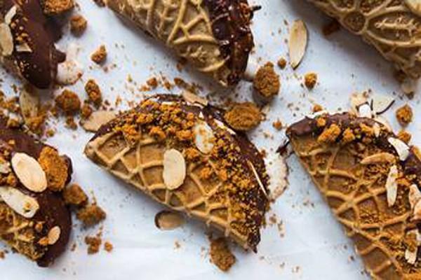 შოკოლადის ბლინები ნაყინით და თხილით