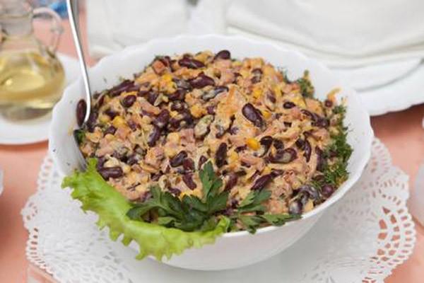 მარტივი სალათა ლობიოთი და ლორით