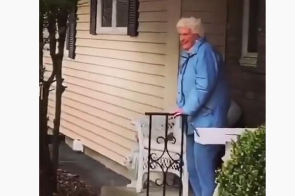 შვილიშვილების მოულოდნელი სიურპრიზი - როგორ მიულოცეს თვითიზოლაციაში მყოფ 95 წლის ბებიას იუბილე (ვიდეო)