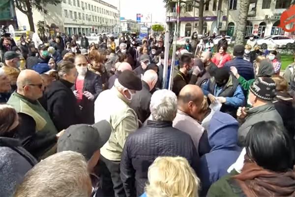"""ზუგდიდში """"ნაციონალური მოძრაობა"""" პირბადეებს არიგებს (ვიდეო)"""
