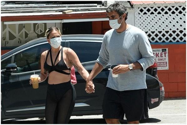ლედი გაგა ლოს-ანჯელესის ქუჩებში ბიუსჰალტერით გამოჩნდა
