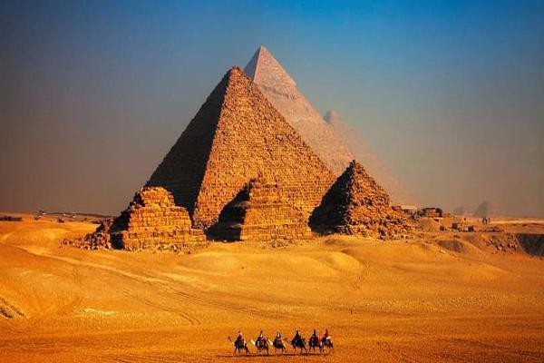 ილონ მასკი ეგვიპტეში მიიწვიეს, რათა დარწმუნდეს, რომ პირამიდები უცხოპლანეტელებს არ აუგიათ