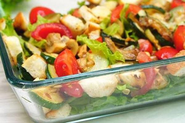 """სალათა სახელად """"ზაფხული"""" - საუკეთესო რეცეპტი, სტუმრები აღფრთოვანებულები დარჩებიან"""