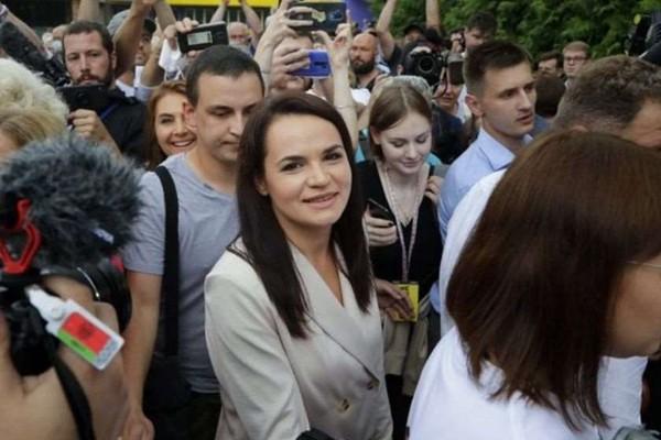 """სვეტლანა ტიხანოვსკაია ალექსანდრ ლუკაშენკოს """"ადამიანურად წასვლის"""" შემთხვევაში უსაფრთხოების გარანტიებს აძლევს"""
