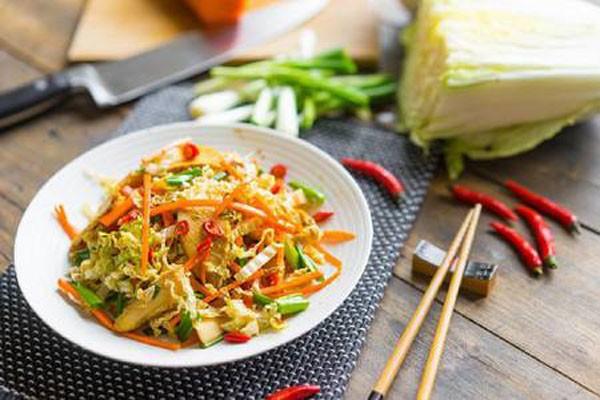 აზიური სალათა მიწისთხილით და ბოსტნეულით