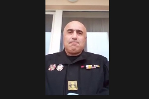 """ყოფილი სამხედრო მომიტინგეებს სპეცრაზმისთვის თეთრი """"პარაშოკის"""" შესხმას ურჩევს (ვიდეო)"""