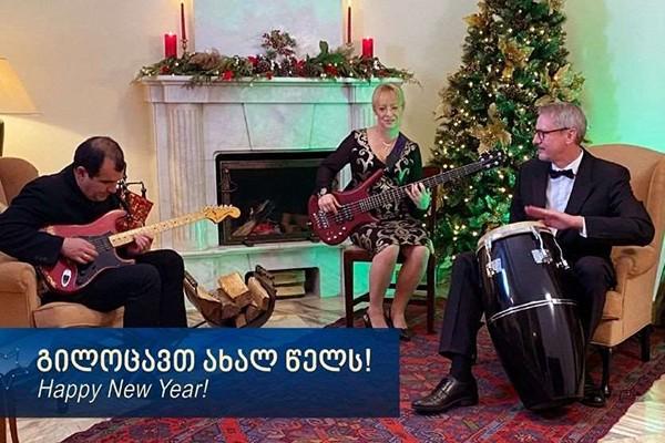 """კარლ ჰარცელმა საქართველოს ახალი წელი მიულოცა და სიმღერა """"ფიფქები"""" შეასრულა"""