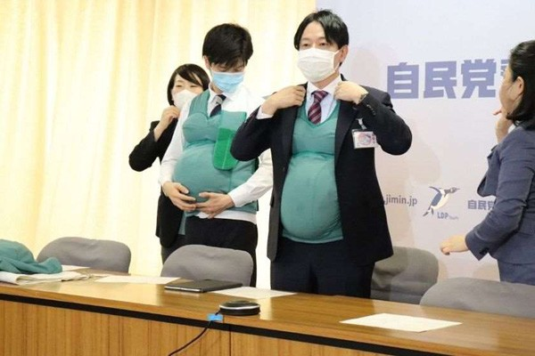 იაპონიაში დეპუტატი კაცები ორი დღის განმავლობაში ხელოვნურ მუცლებს ატარებდნენ
