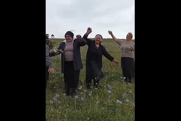წინაპართა ნასოფლარზე 20 წლის შემდეგ - სოფელ ჭობარეთში მცხოვრები ქალების ემოციური ცეკვა-სიმღერა  (ვიდეო)