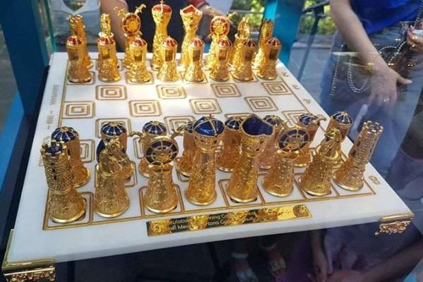 ნონა გაფრინდაშვილმა ლიონელ მესისთვის ჭადრაკის დაფა მოოქროვილი ფიგურებით დაამზადებინა