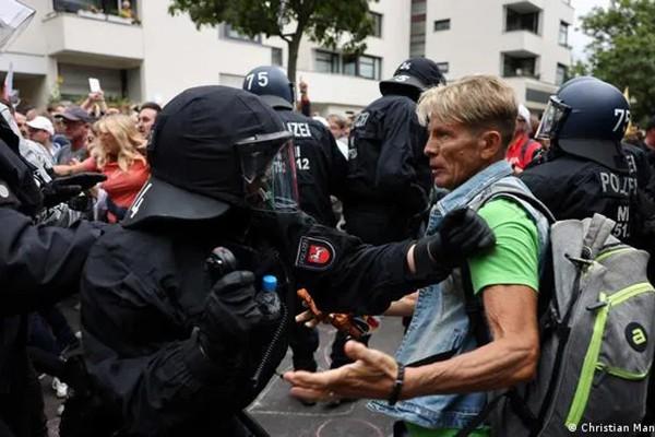 """ბერლინში """"ლოქდაუნის"""" მოწინააღმდეგეებსა და პოლიციას შორის შეტაკება მოხდა"""