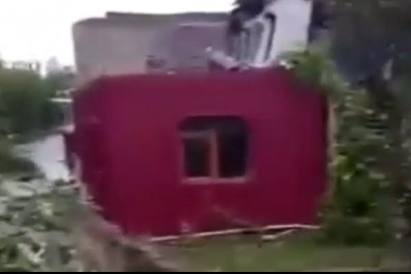 საცხოვრებელი სახლი ადიდებულ მდინარეში ჩავარდა - შოკისმომგვრელი კადრები ბათუმიდან (ვიდეო)