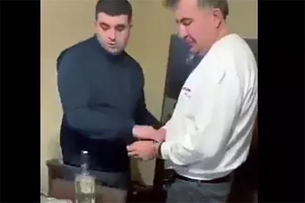 როგორ დაადეს ხელბორკილები სააკაშვილს - ახლახანს გავრცელებული კადრები (ვიდეო)