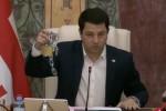 arCil-TalakvaZe-opozicias-vubruneb-gaWril-jaWvsa-da-boqloms-romelic-simbolurad-maT-Rirebulebebs-gamoxatavs--video
