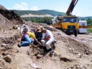 arqeologebi-da-buldozeri-erTad-Txrian