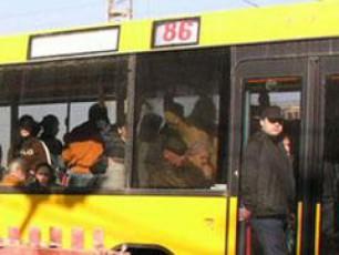 amoucnobi-yviTeli-avtobusi-mgzavrebs-porblemebs-uqmnis