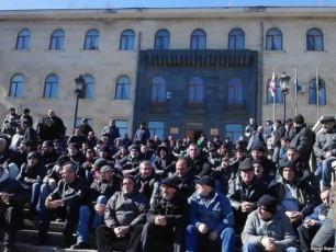 tyibuli-didi-protestis-mijnaze---meSaxteebi-ukan-ar-daixeven