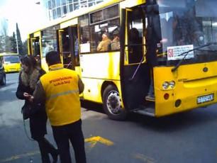 yviTelformiani-kontroliorebi-avtobusebis-mZRolebs-emuqrebian