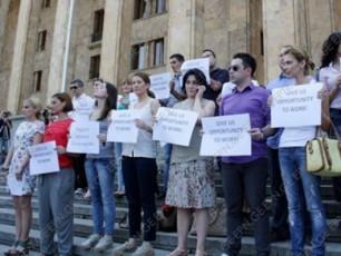 parlamentis-win-maestros-mxardamWeri-mediasaSualebebi-satelitur-TefSebze-yadaRis-dadebas-aprotesteben