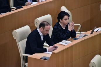 anri-oxanaSvili-gaerkva-parlamentis-labirinTebSi---patara-kacunebze-komentars-nu-gamakeTebinebT