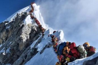 alpinistebi-everestze-sacobSi-mohyvnen